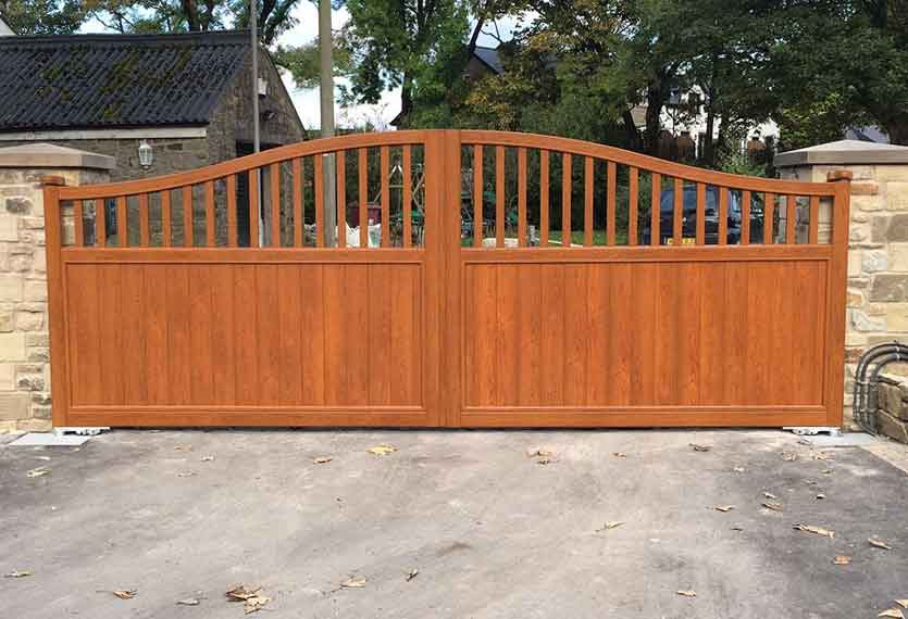 Horizal Contemporary Woodgrain Collection – Aluminium Swing Gates