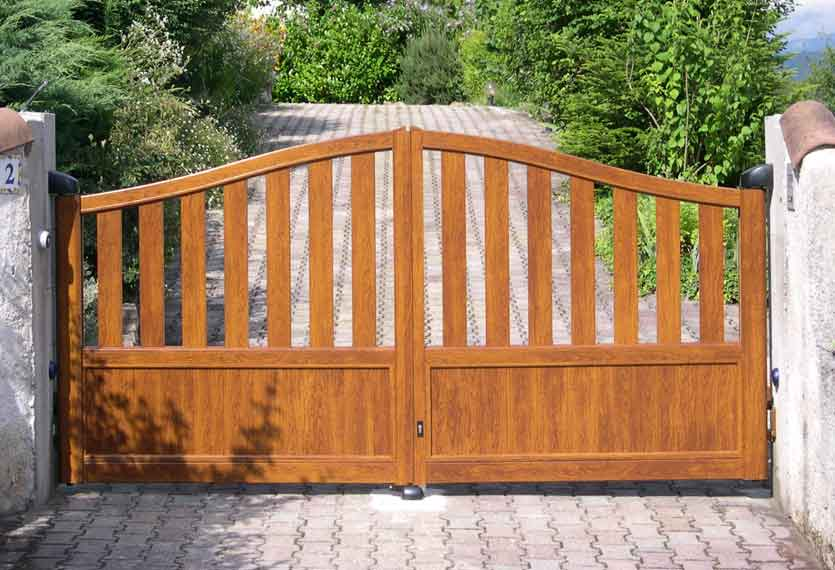 Horizal Contemporary Woodgrain Collection – Ikaria – Golden Oak Texture Aluminium Swing Gates