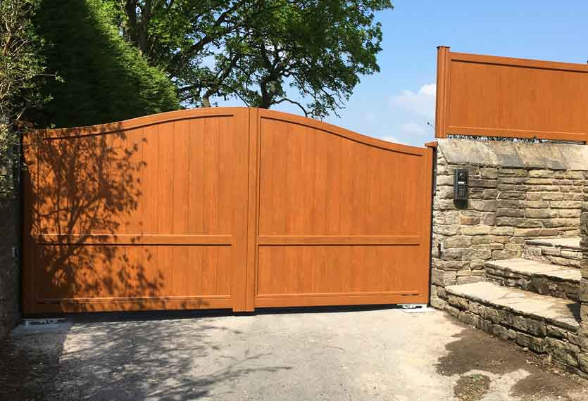 Horizal Contemporary Woodgrain Collection – Limnos – Golden Oak Texture Aluminium Swing Gates