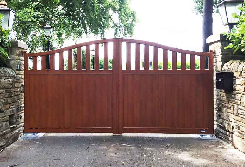 Horizal Contemporary Woodgrain Collection – Rodrigues – Golden Oak Texture Aluminium Swing Gates