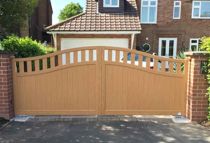 Horizal Contemporary Woodgrain Collection – Tobago – Irish Oak Texture Aluminium Swing Gates